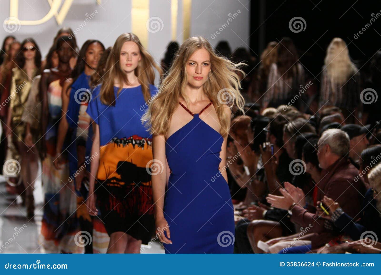 NEW YORK NY - SEPTEMBER 08: Modeller går landningsbanafinalen under den Diane Von Furstenberg modeshowen