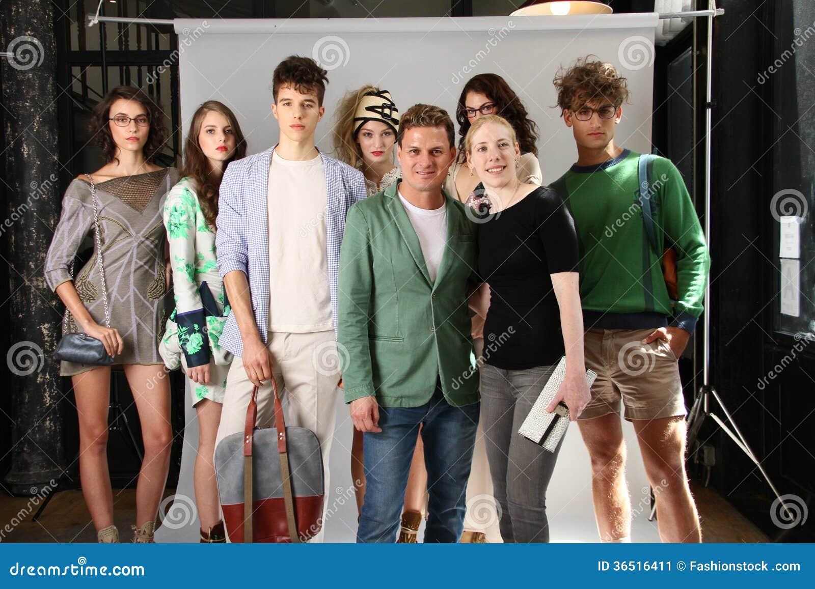 NEW YORK, NY - 6 SEPTEMBRE : Le concepteur Sergio Davila (c) et les modèles chez Sergio Davila façonnent la présentation