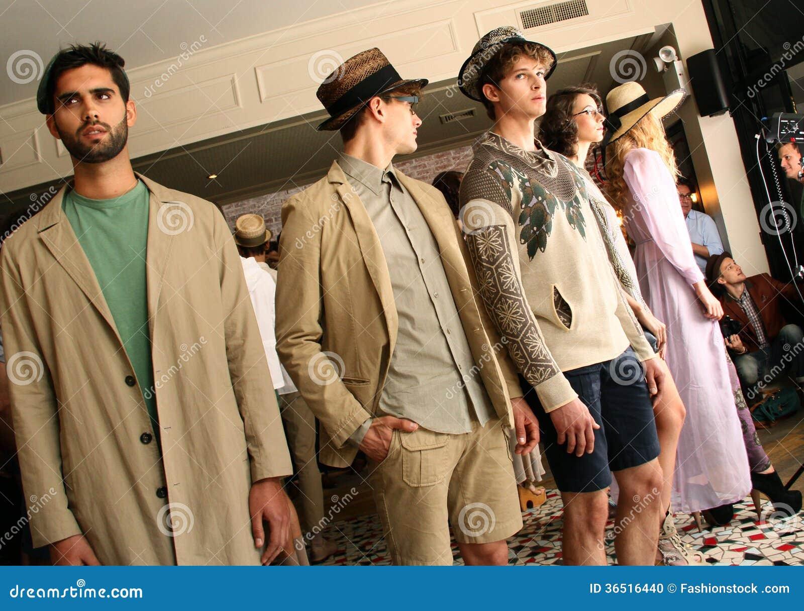 NEW YORK, NY - 6 SEPTEMBRE : Les modèles posent à la présentation de mode de Sergio Davila