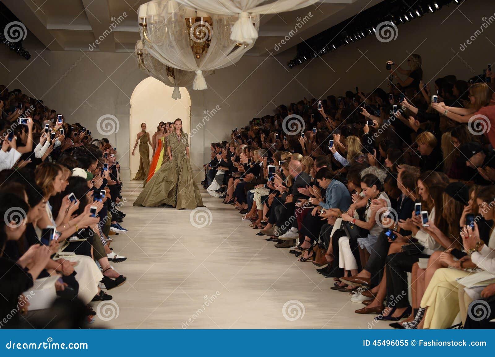 NEW YORK, NY - 11 SEPTEMBRE : Promenade de modèles la finale de piste au défilé de mode de Ralph Lauren
