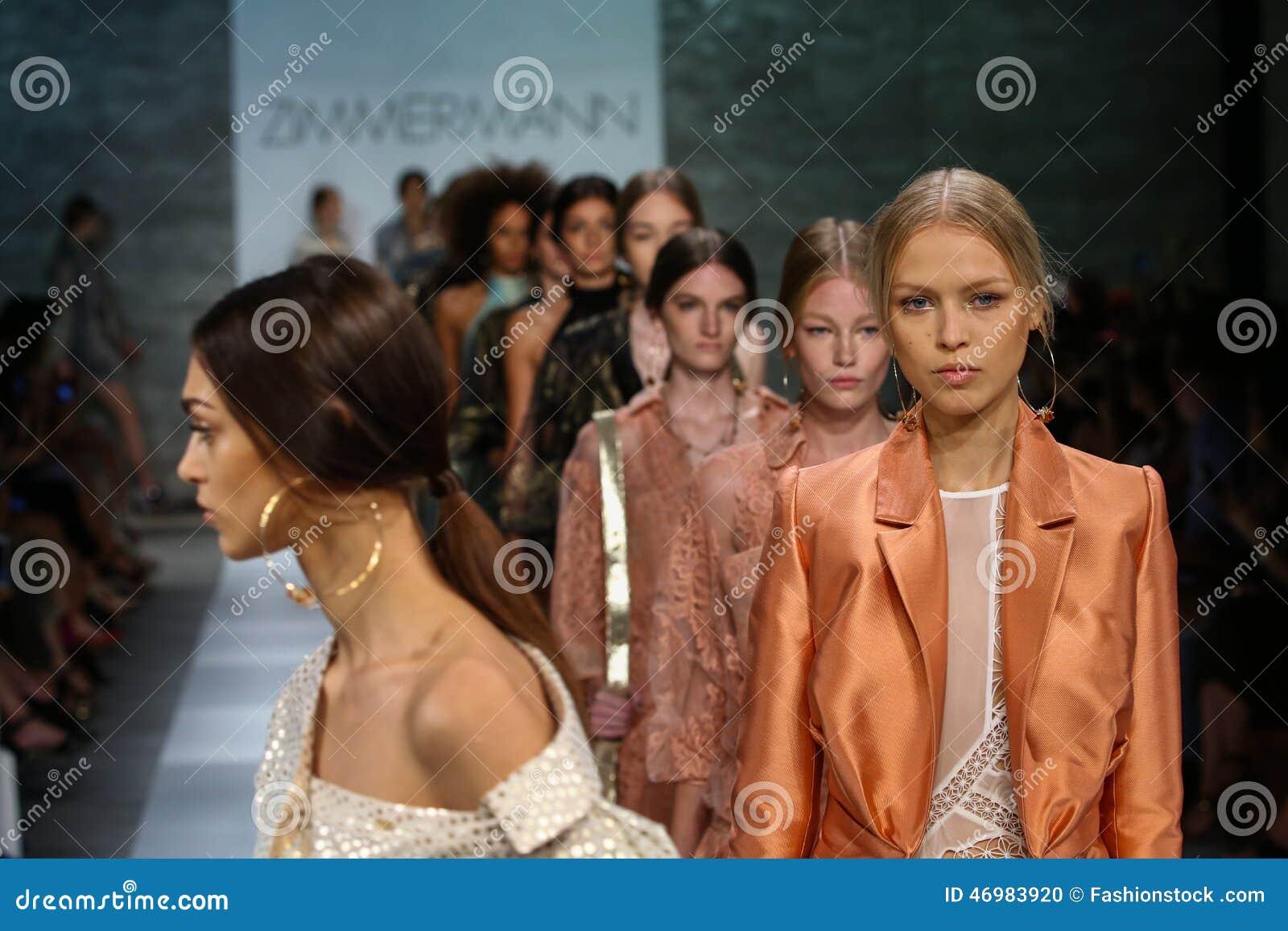 NEW YORK, NY - 5 SEPTEMBRE : Promenade de modèles la finale de piste au défilé de mode de Zimmermann