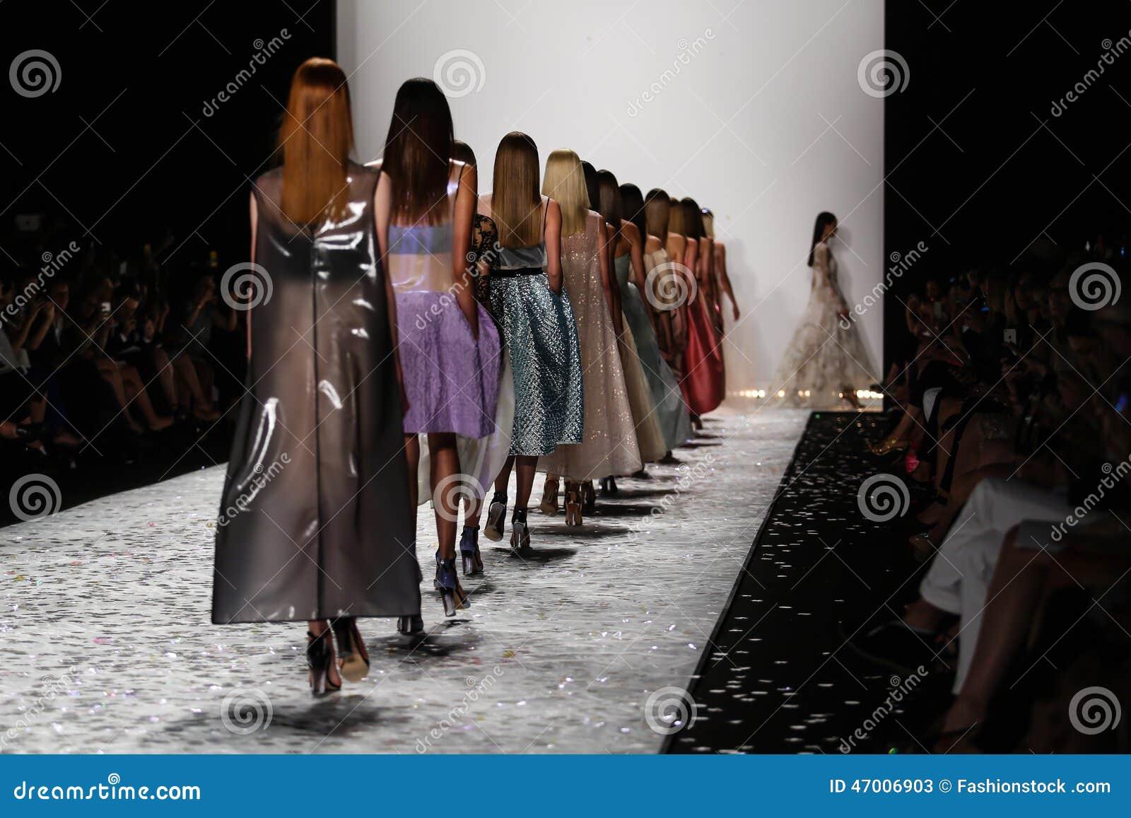 NEW YORK, NY - 5 SEPTEMBRE : Promenade de modèles la piste au défilé de mode 2015 de Monique Lhuillier Spring