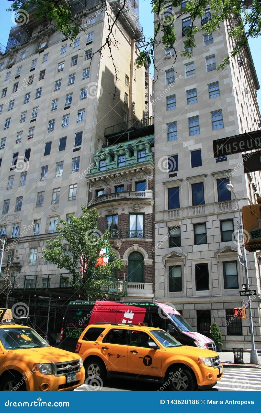 New York ny Uma casa velha pequena, imprensada entre casas novas
