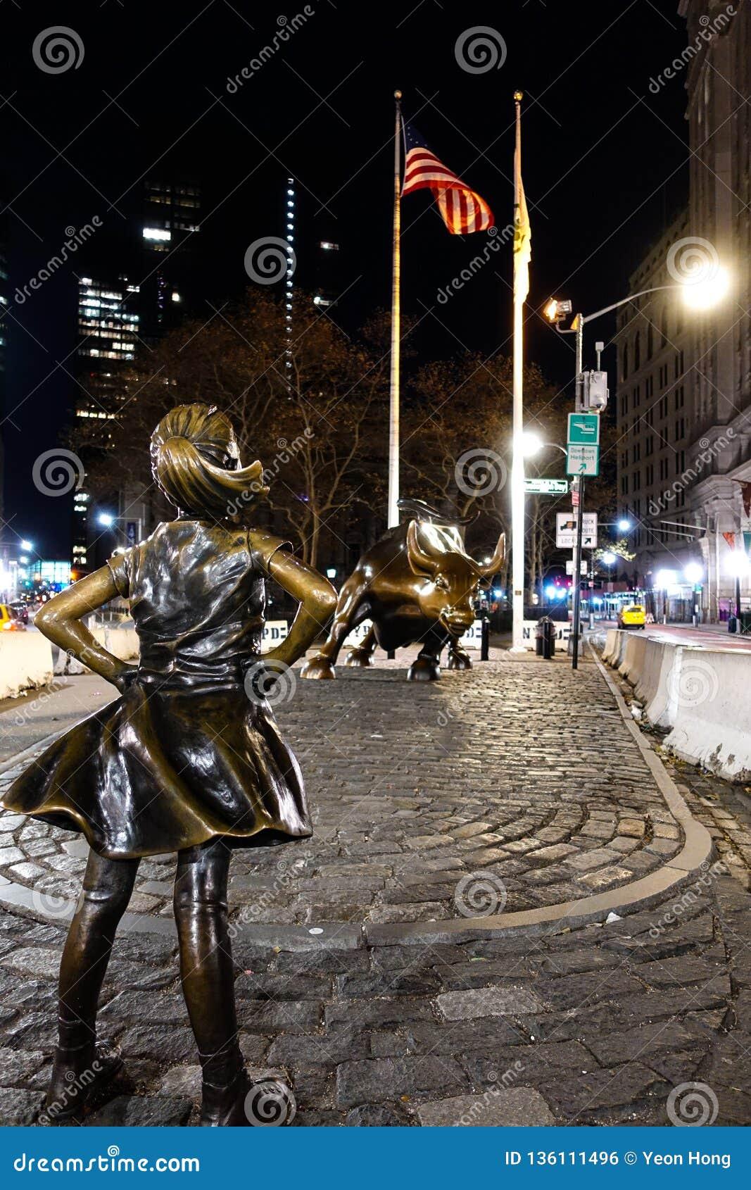 New York, NY /USA - 23 de novembro de 2018: Menina sem medo