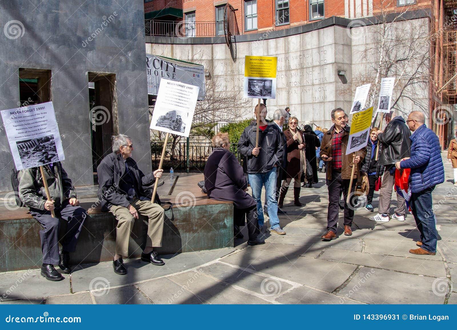 New York, NY/verenigde zich staat-in de war brengt 24, 2019: Demonstraties voor de 20ste verjaardag van de NAVO het bombarderen v