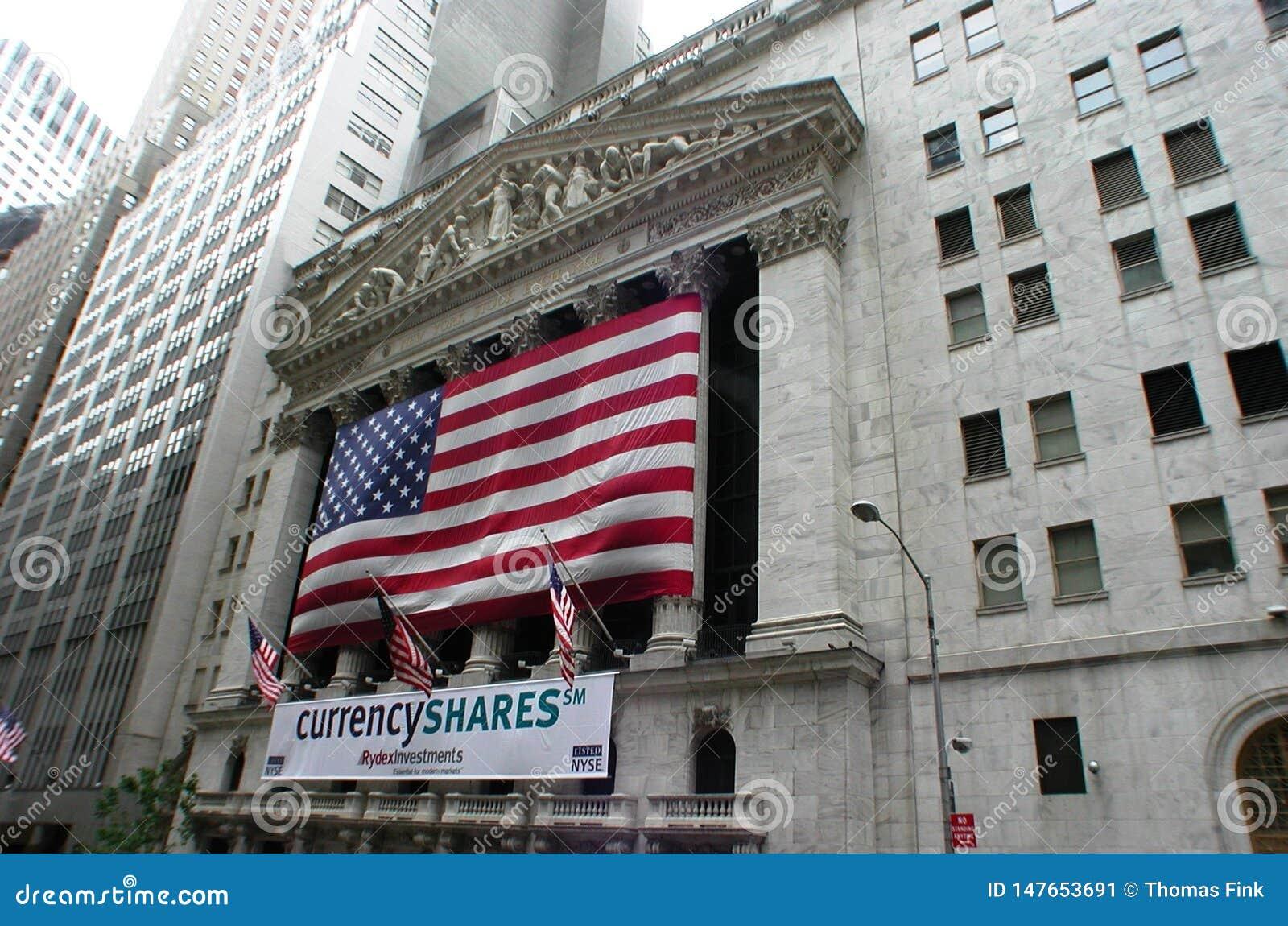 New York Stock Exchange z flagą amerykańską