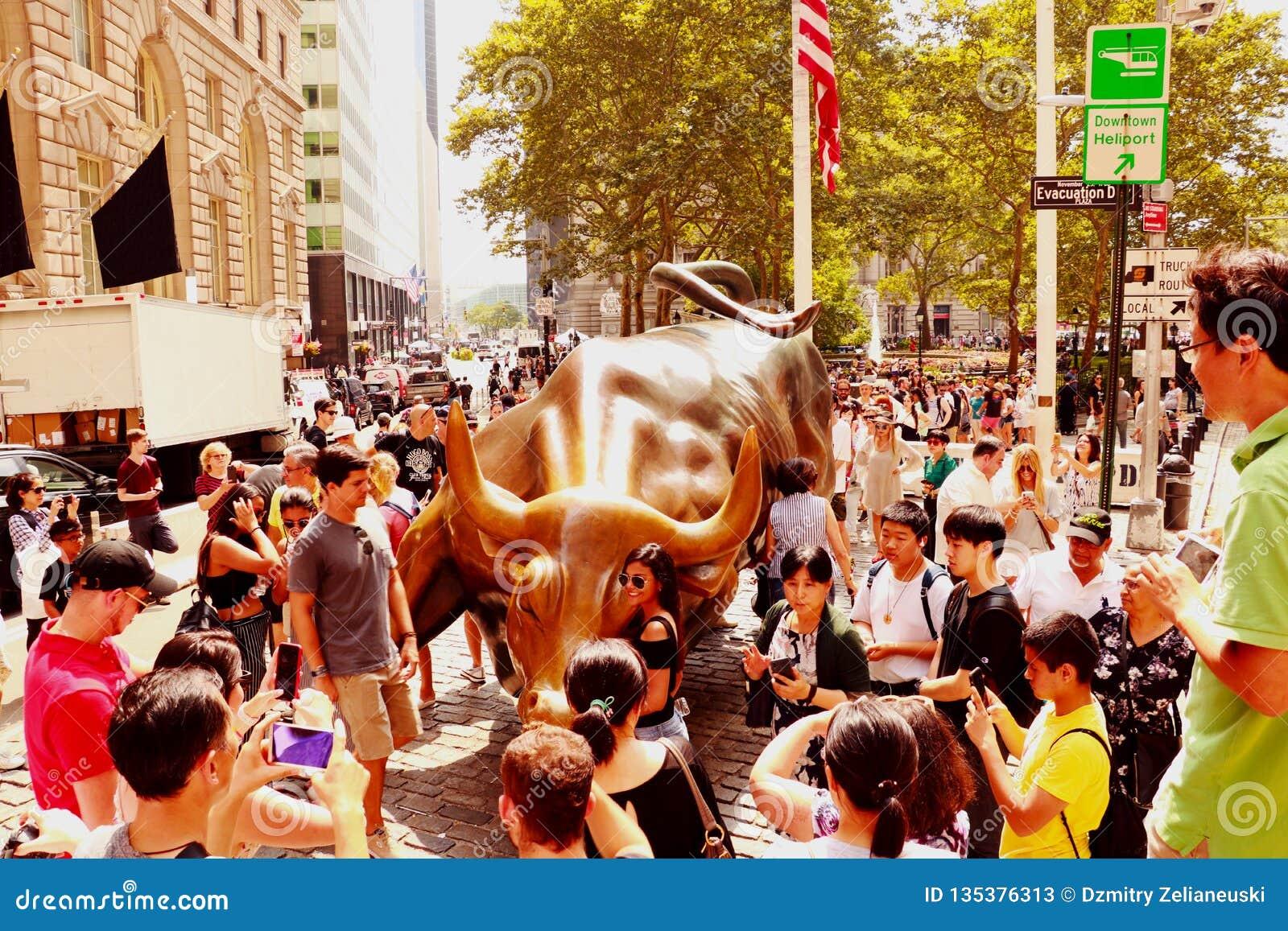 NEW YORK, USA - 31. August 2018: Monument der Aufladung von Stier finanziell auf Broadway, nahe Wall Street im New York mit Leute