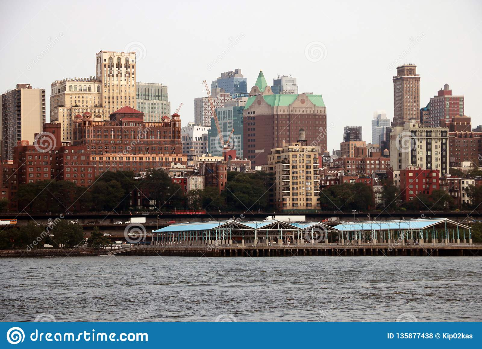 New York USA - September 2, 2018: Molnig dag i New York Sikt av Manhattan horisont i NYC
