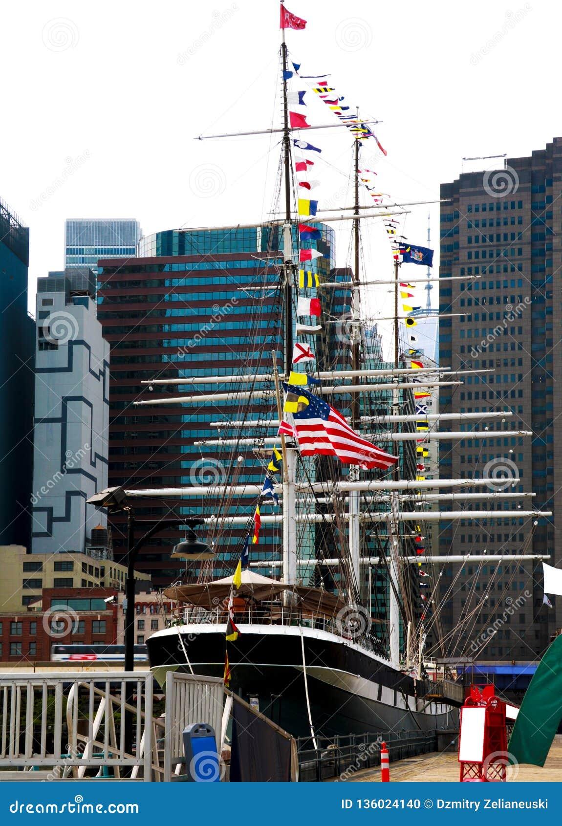 New York, USA - 2. September 2018: Südstraßen-Seehafen und Pier 17 im Lower Manhattan Der Bereich umfasst moderne touristische Ma