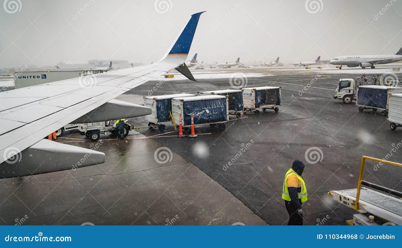 Newark - New Jersey - 17 de diciembre de 2017 las nevadas en el este del norte retrasa los aviones que salen durante los días de