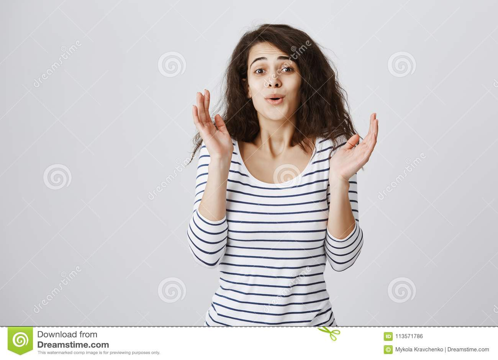 Newbie do xingamento da menina popular, falando com ironia Retrato das mãos encaracolado-de cabelo atrativas da fixação da mulher