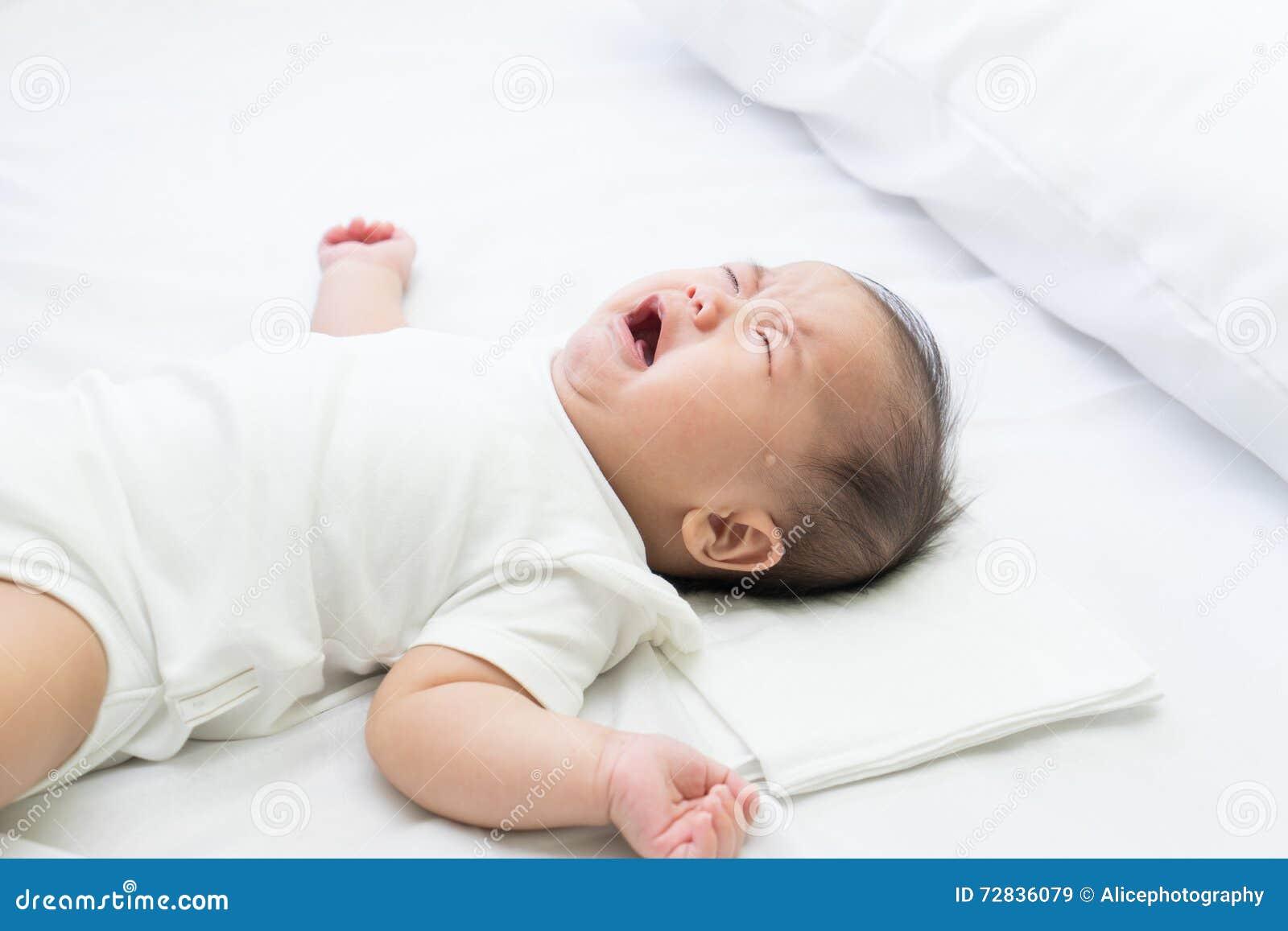 Newborn азиатский плакать младенца