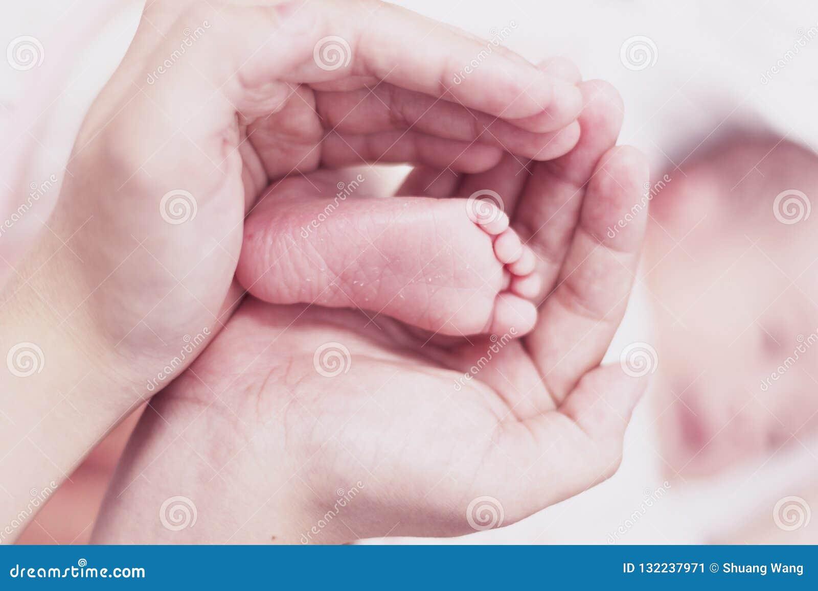 Newborn концепция: дети пугающе и чудесно сделаны