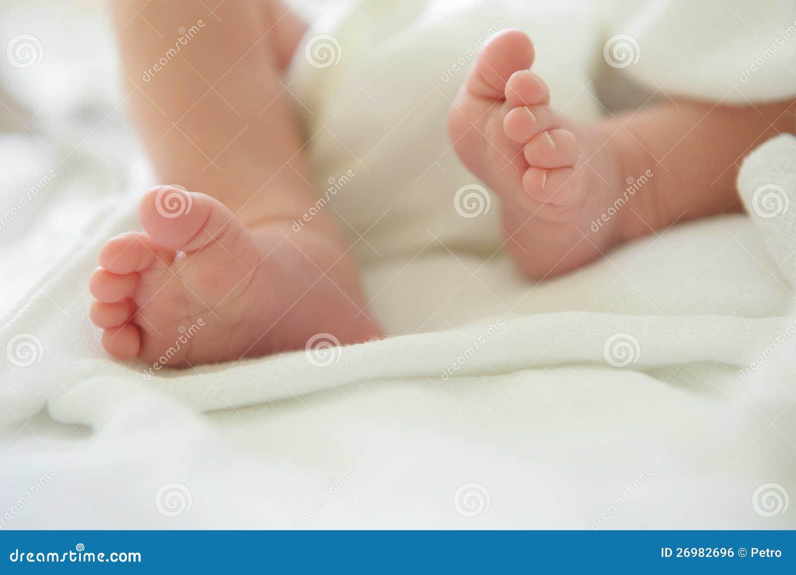 Newborn ноги младенца