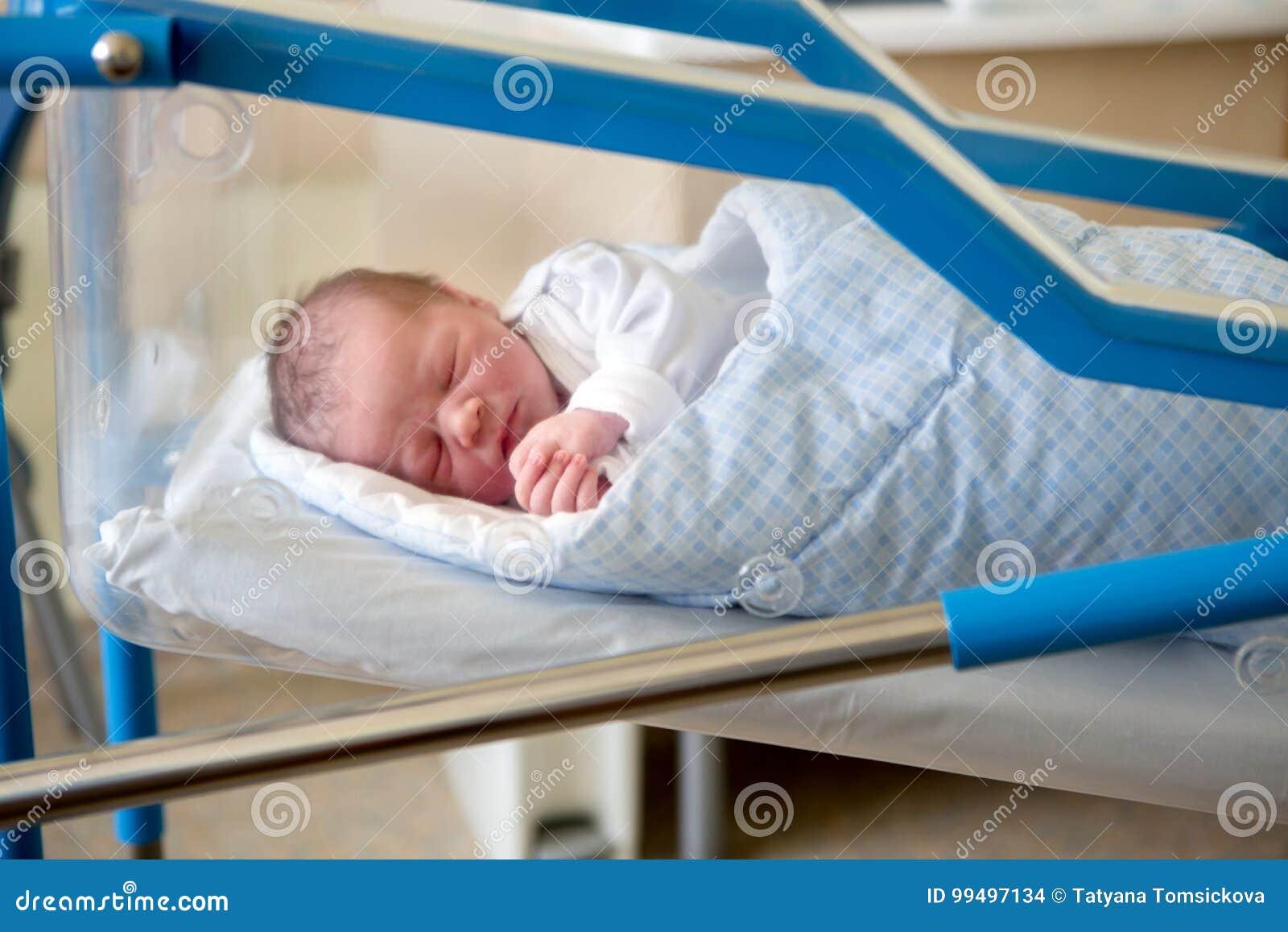 Verwonderend Newborn Baby Laying In Crib In Prenatal Hospital Stock Photo IP-48