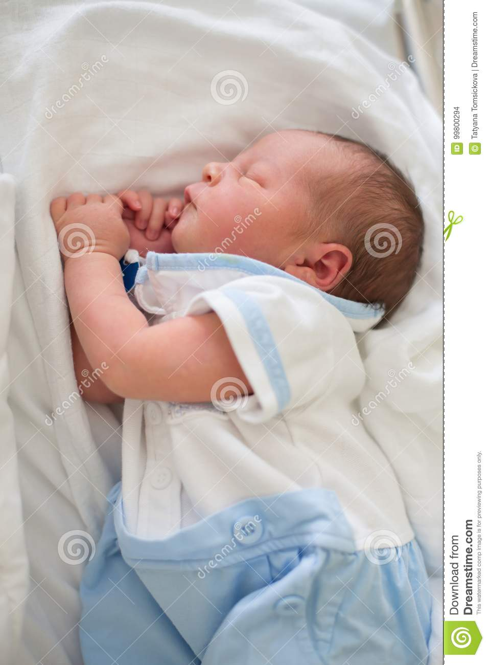 Goede Newborn Baby Laying In Crib In Prenatal Hospital Stock Photo CL-56