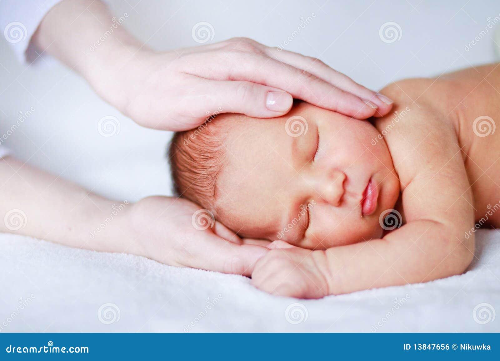 Почему грудной ребенок плачет когда засыпает