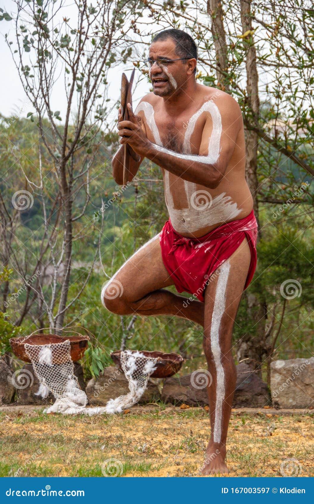 Aboriginal women perform at public ceremony - ABC News