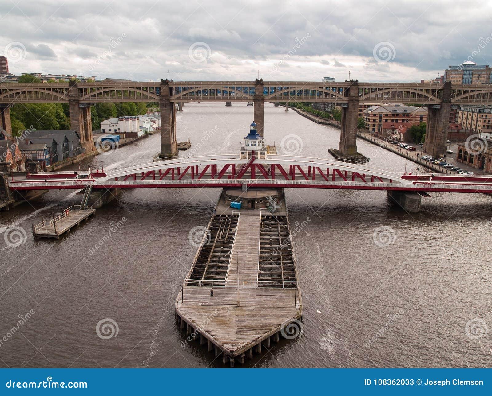 Newcastle gunga och på hög nivå väg-stång bro