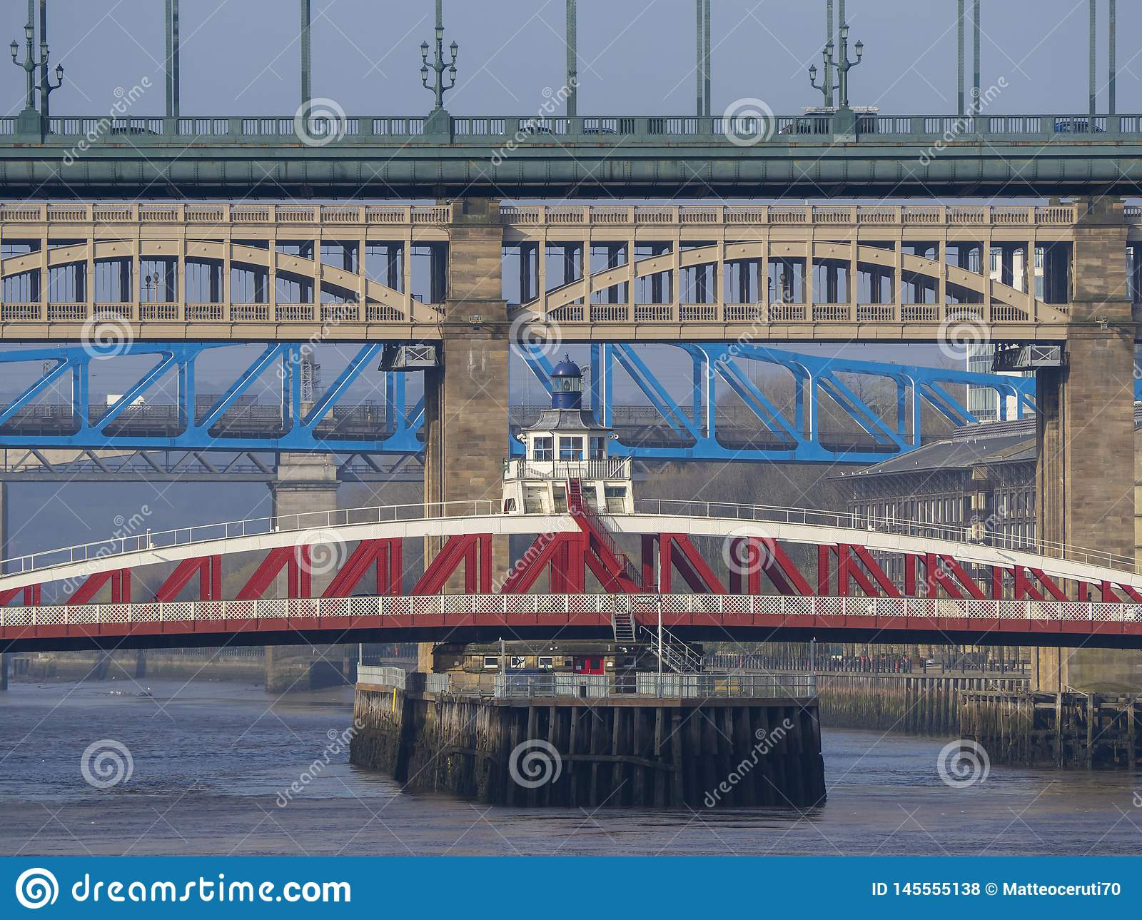 Newcastle na Tyne, Anglia, Zjednoczone Kr?lestwo Mosty nad rzecznym Tyne przy r??nymi poziomami