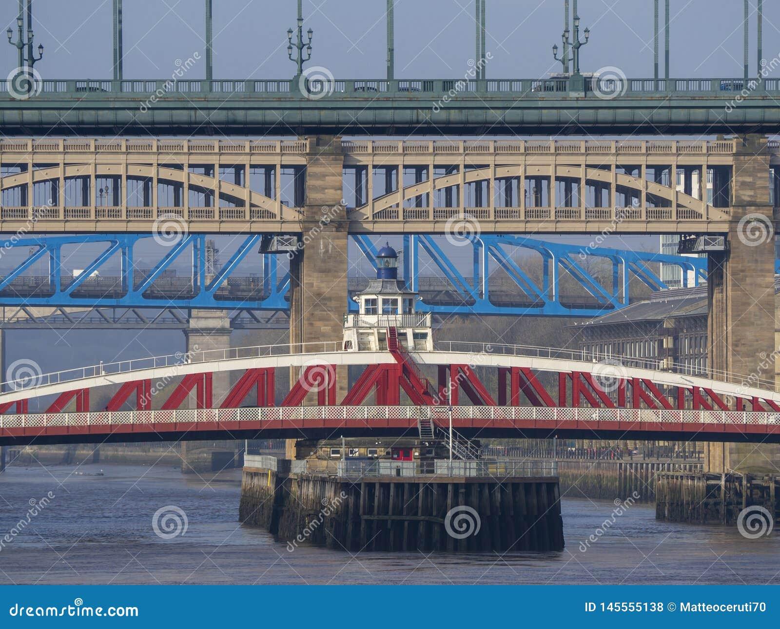 Newcastle p? Tyne, England, F?renade kungariket Broarna ?ver Riveret Tyne p? olika niv?er