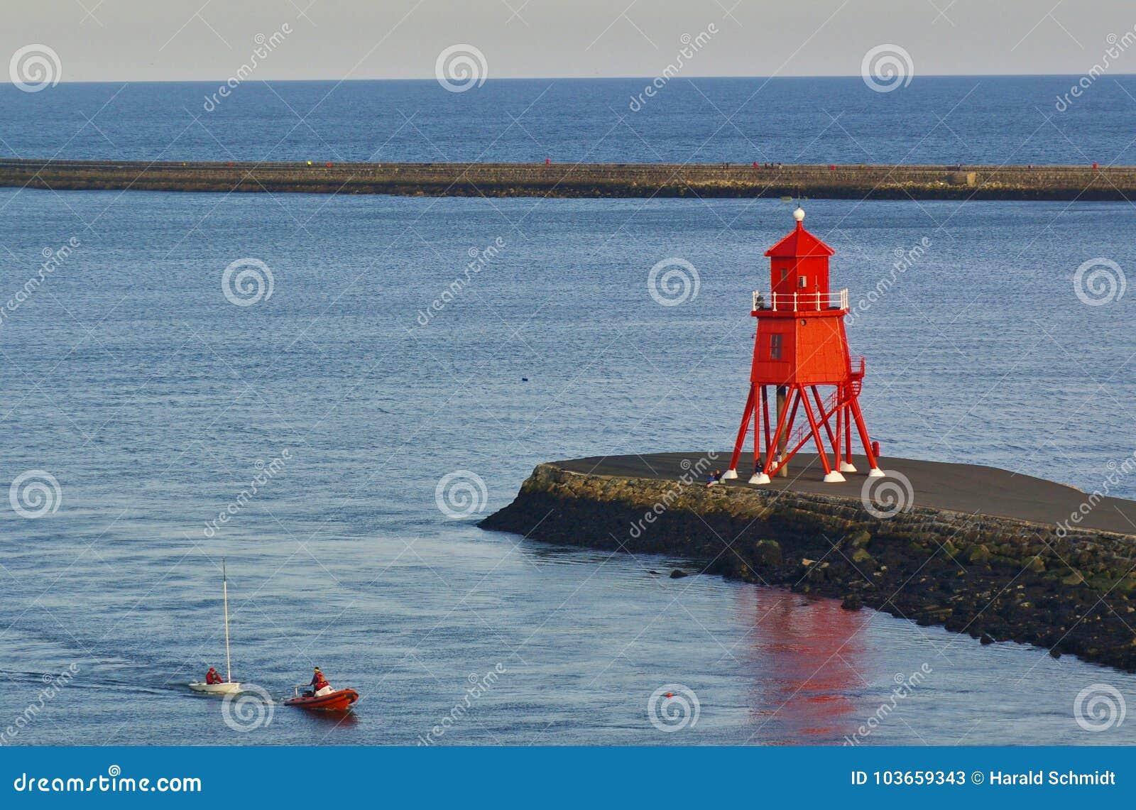Newcastle, Royaume-Uni - 5 octobre 2014 - canot accalminé de navigation dans la bouche de la rivière Tyne est remorqué à terre pa