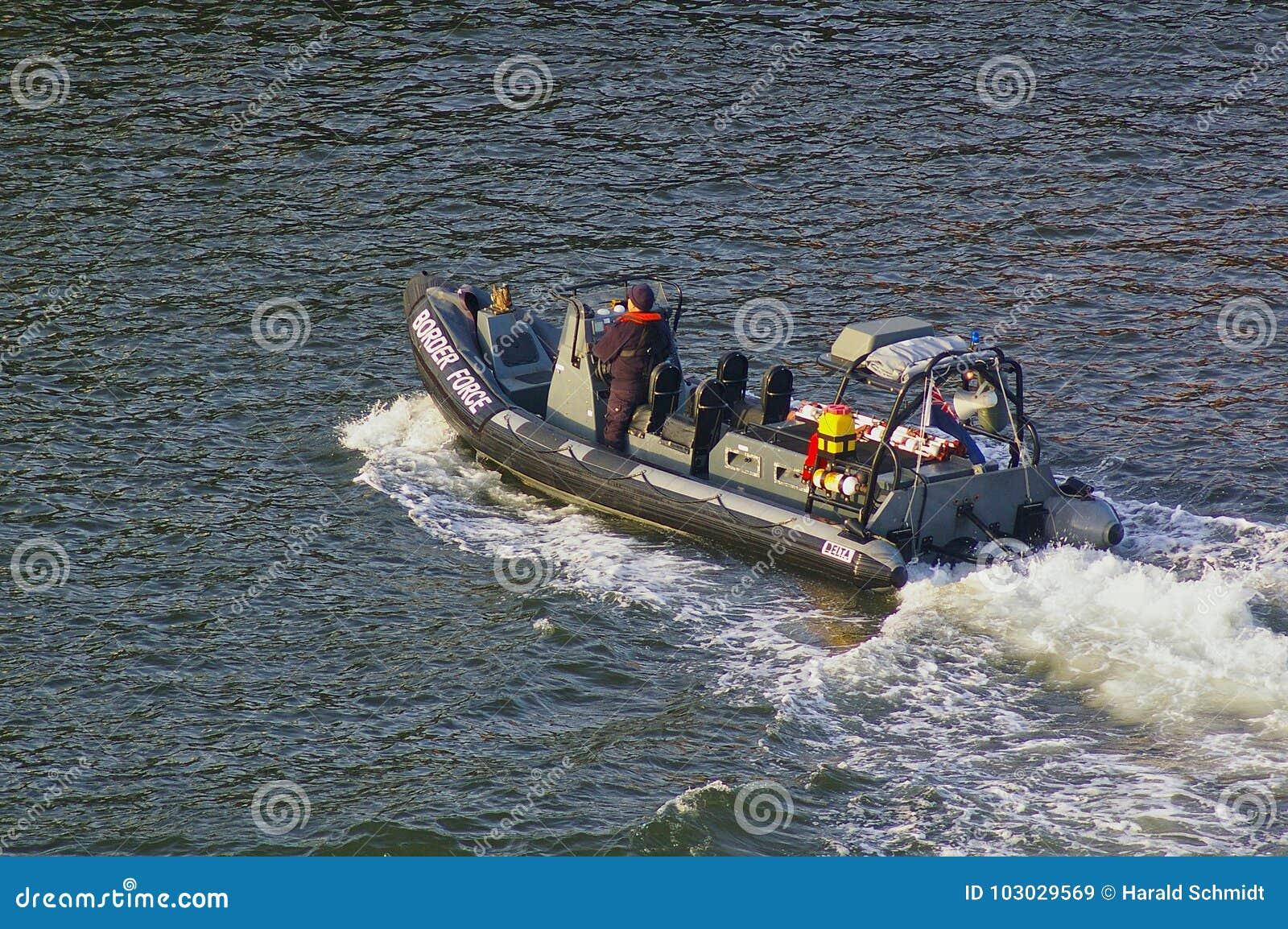 Newcastle, Royaume-Uni - 5 octobre 2014 - vedette BRITANNIQUE de NERVURE de force de frontière avec le membre d équipage