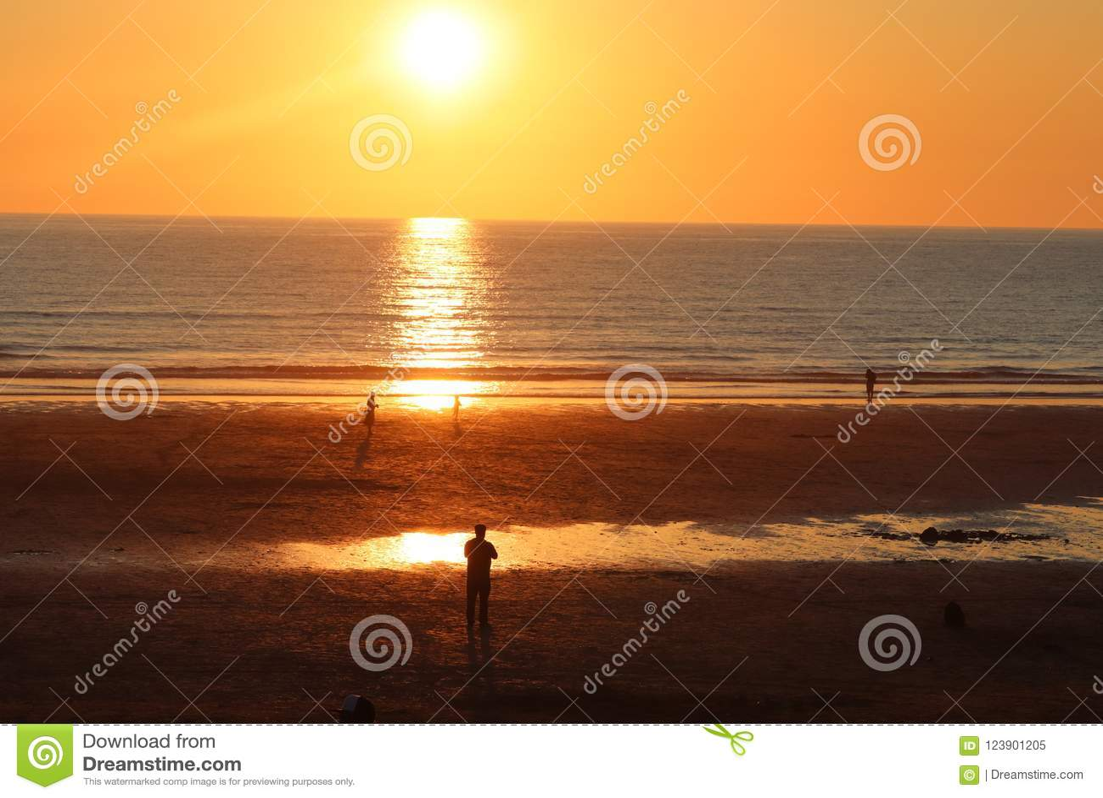 Newquaycornwall fistral strandzonsondergang, overweldigende gloed van licht