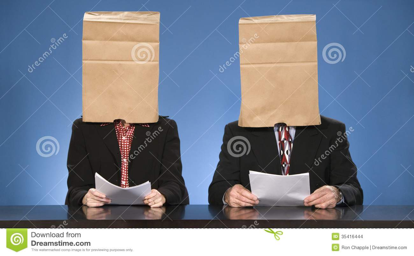 Newscasters που τυφλώνονται από τις τσάντες.