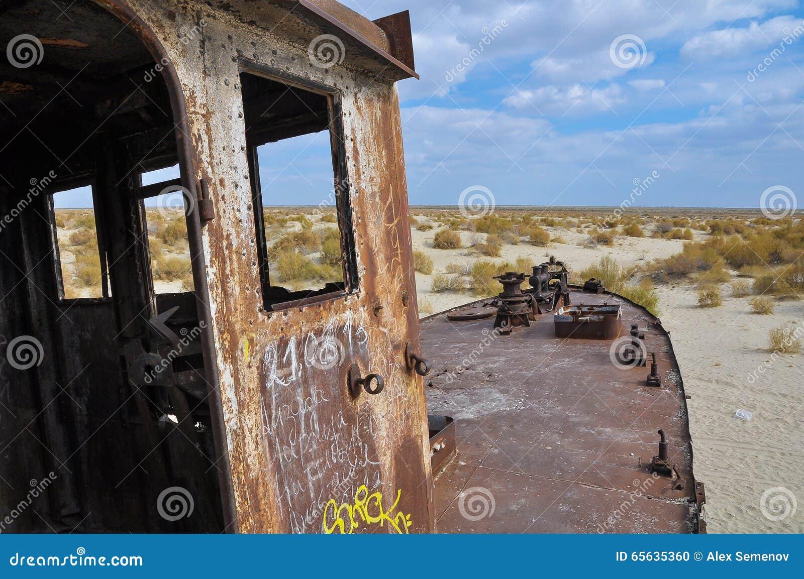 Nez du vieux bateau, se tenant dans le désert
