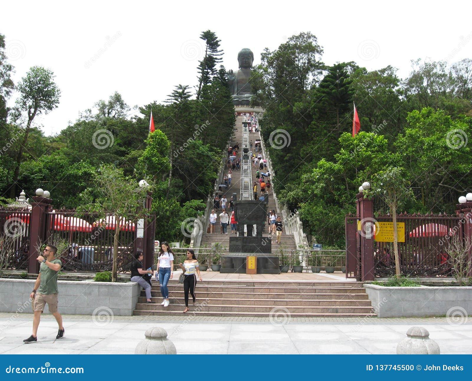 Ngong Ping Piazza, regardant vers Tian Tan Buddha, île de Lantau, Hong Kong