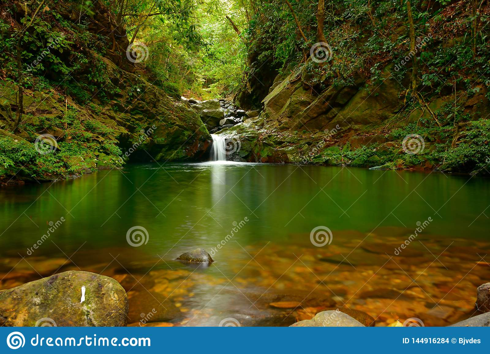 Ngu Ho Lake y cascadas en la montaña de Bach mA - Viet Nam - versión de la luz