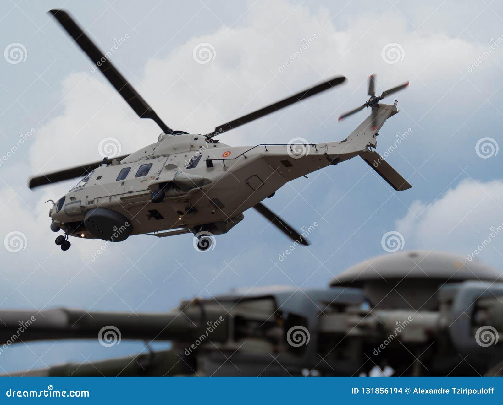 NH90 ratują helikopter Belgijska marynarka wojenna w tle z zakończeniem w górę rotoru postawiony helikopter w foregr,
