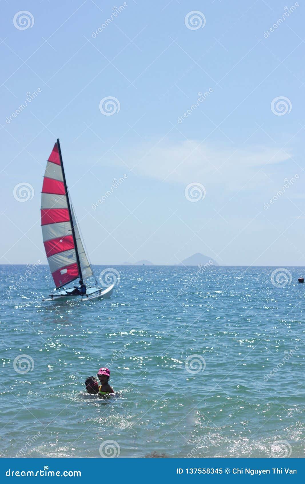 Nha Trang, Вьетнам - 12-ое июля 2015: Красочная шлюпка на голубом море