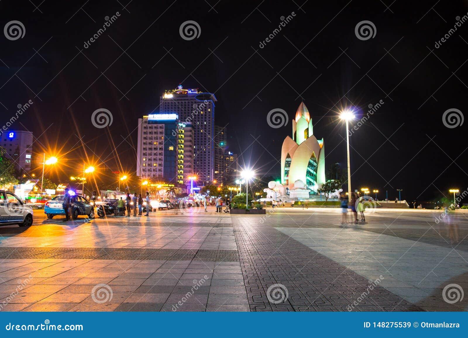 Nha Trang centrum miasta linia horyzontu miastowy widok przy nocą w południowym wietnamu