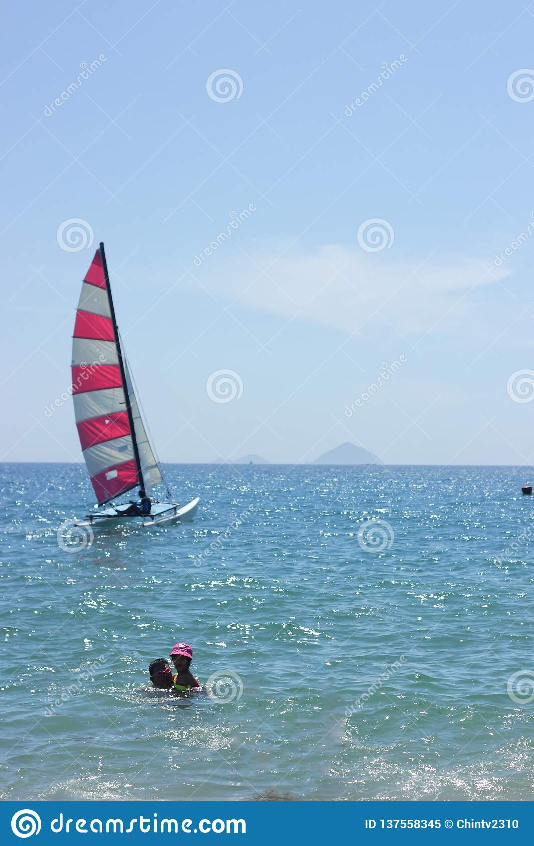 Nha Trang, Vietnam - 12 luglio 2015: Barca variopinta sul mare blu