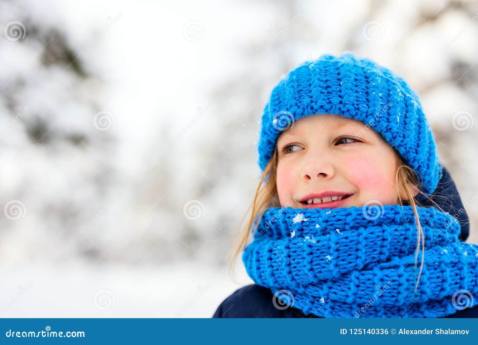 Niña al aire libre el invierno
