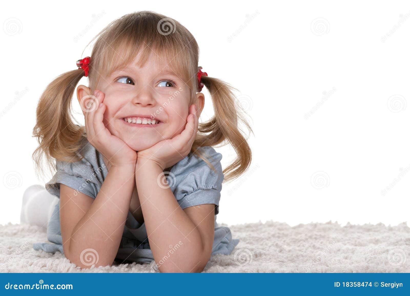 Ni a alegre que miente en la alfombra foto de archivo imagen de muchacha ni ez 18358474 - Alfombra nina ...