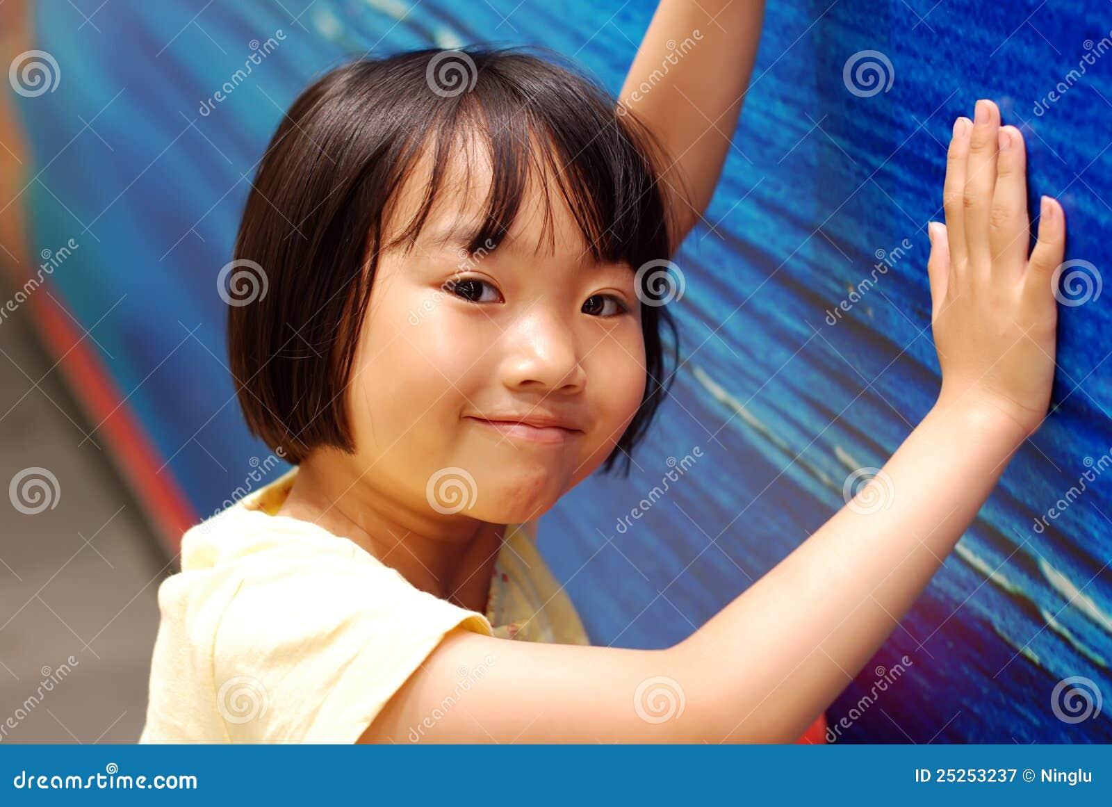 Cajero automático niña asiatica