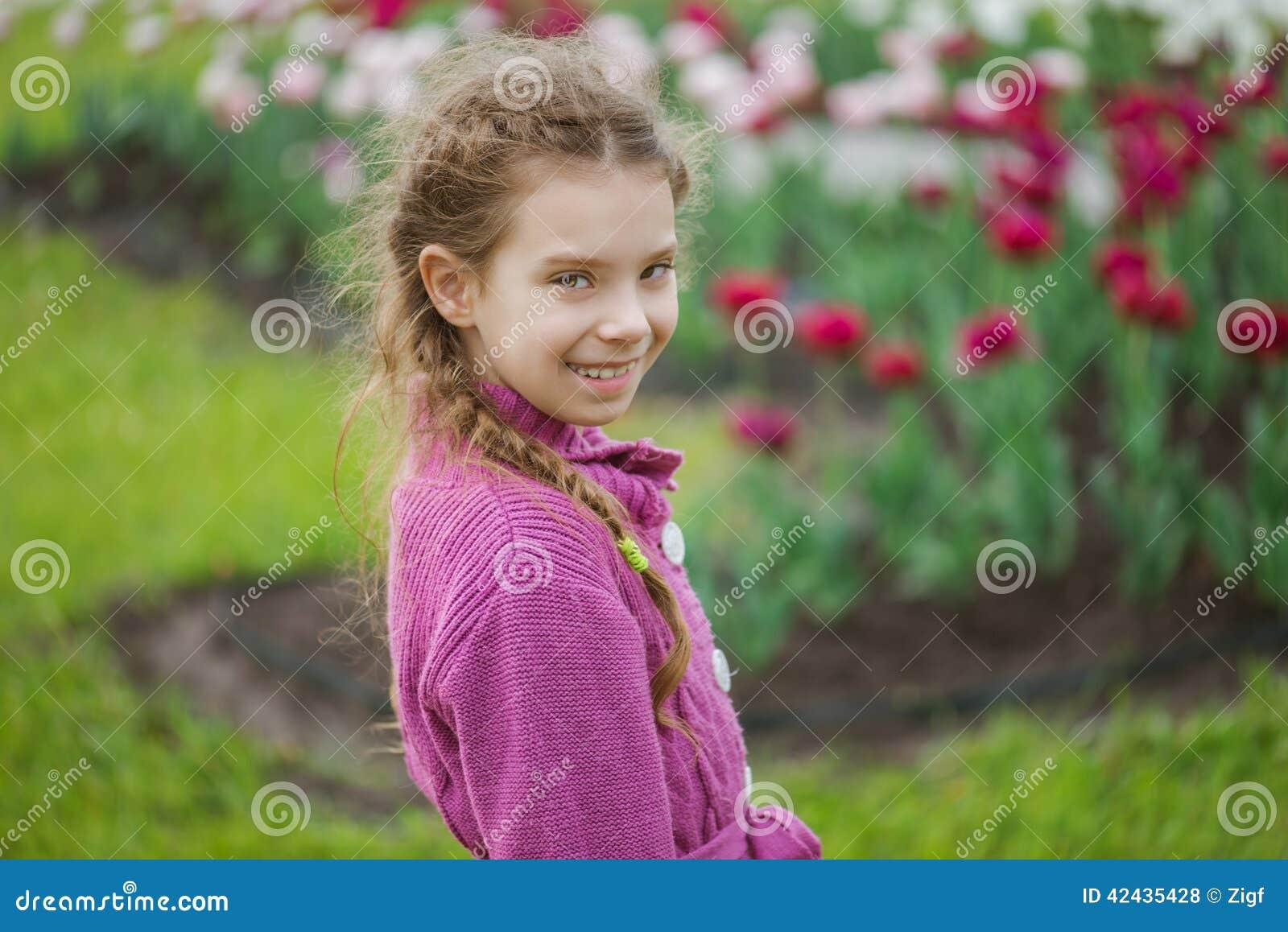 Niña bonita en parque del tulipán