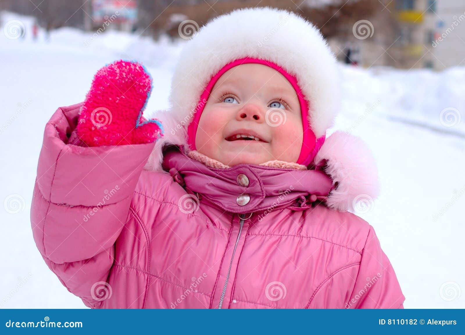 Niña Bonita En Prendas De Vestir Exteriores Del Invierno. Foto de ...
