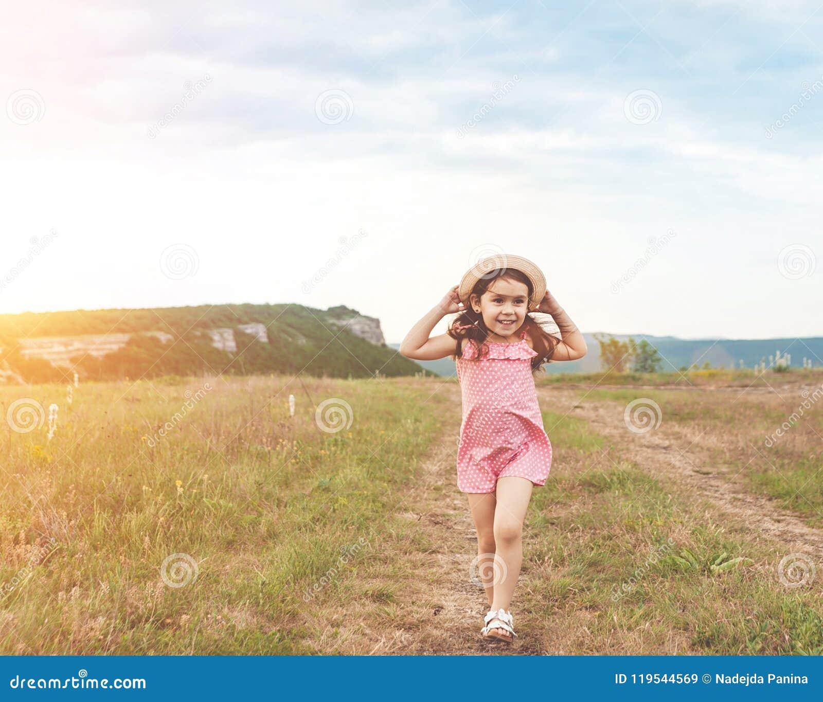 Niña bonita que salta al aire libre