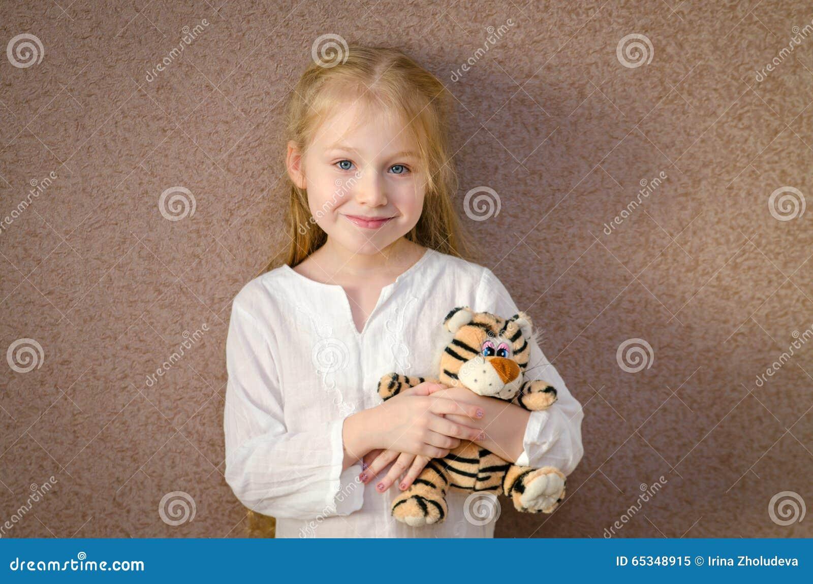 Niña con el tigre del juguete