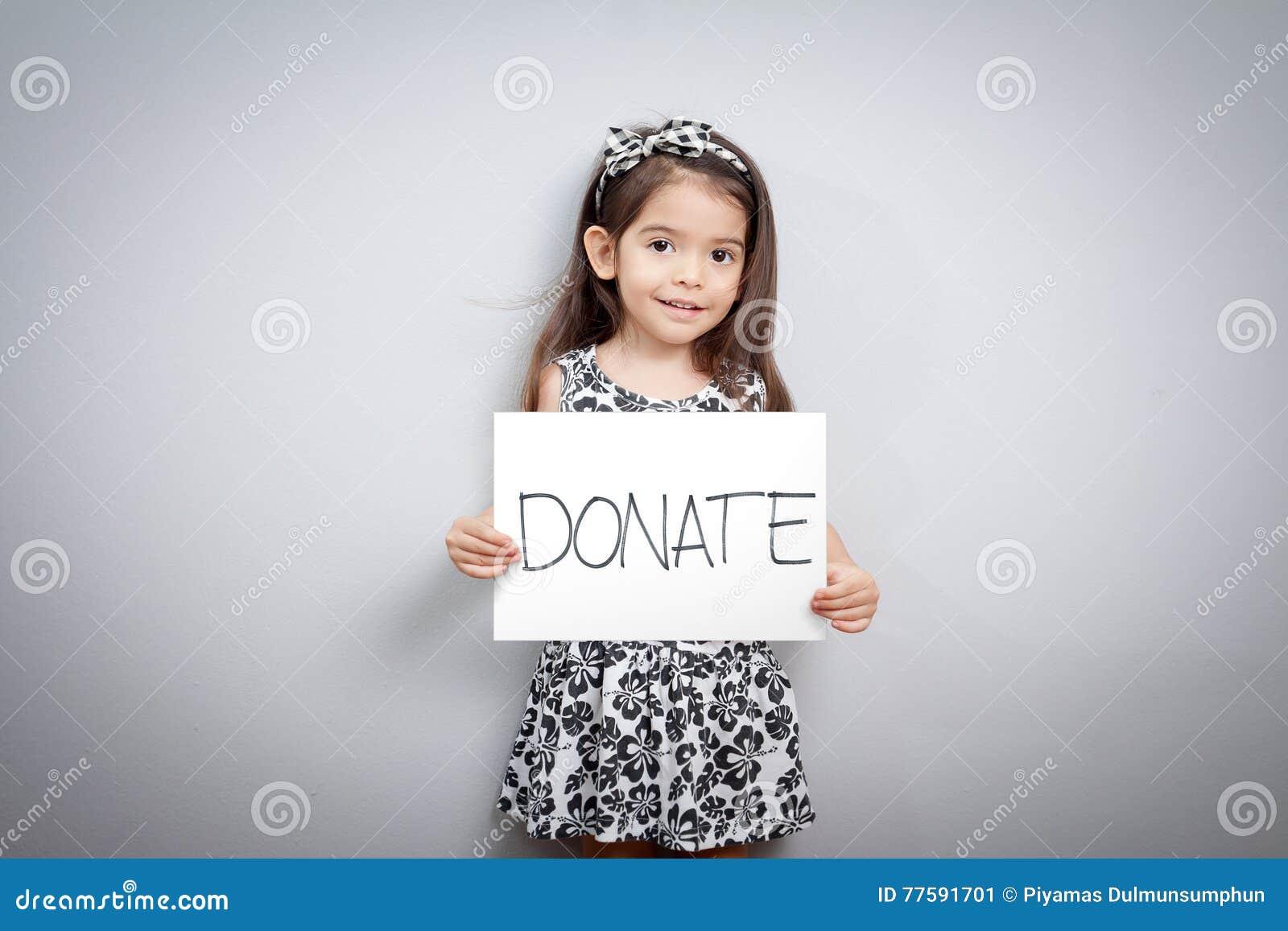 Niña con la muestra de las donaciones