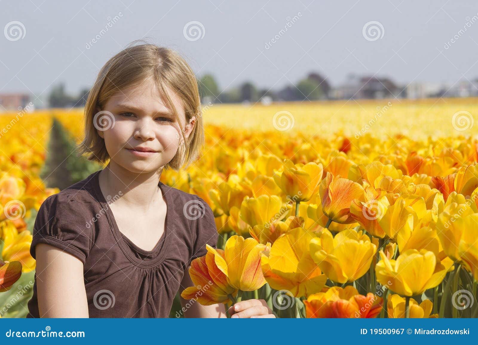 Niña en campo de los tulipanes