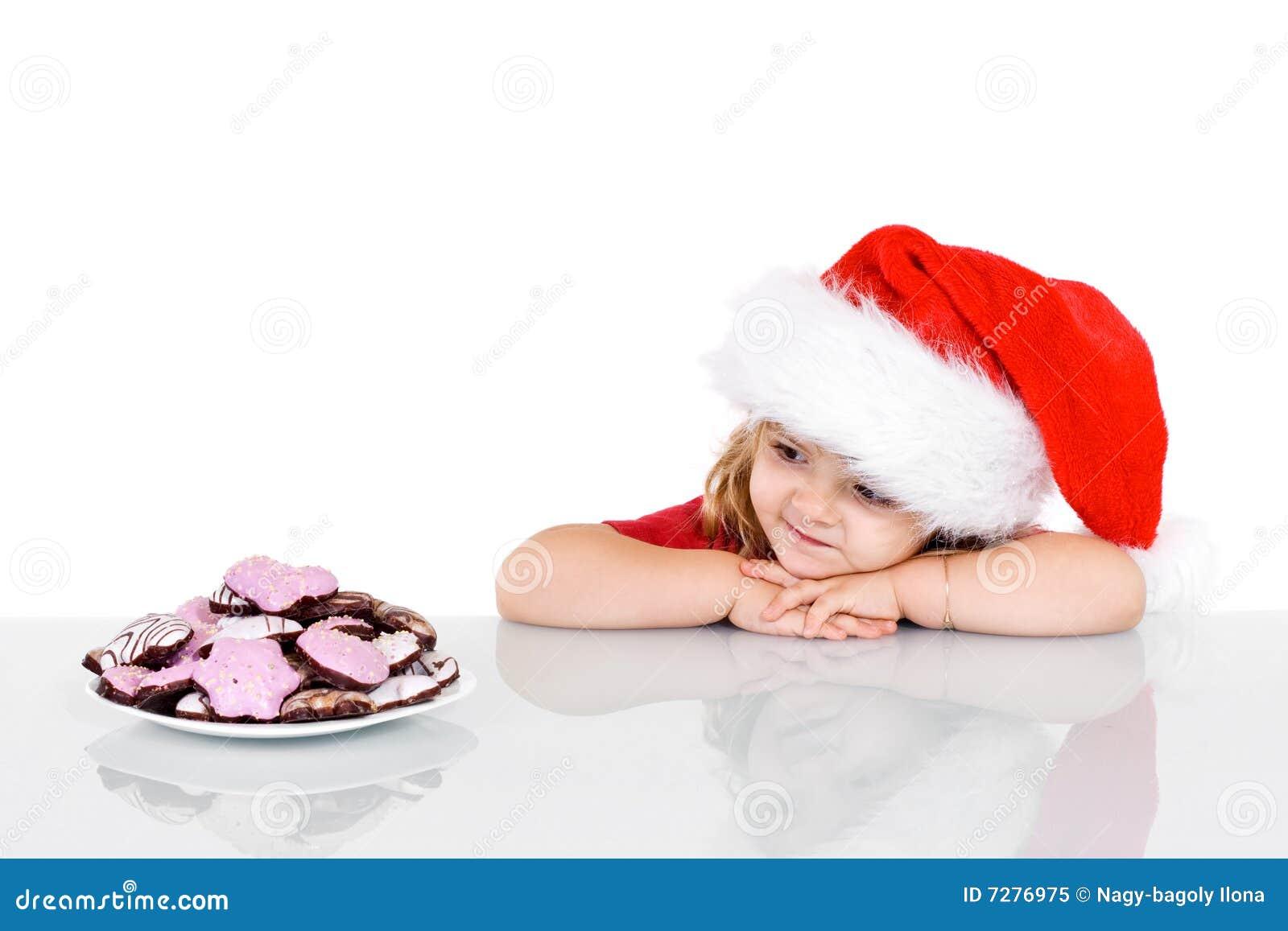 Niña en el tiempo de la Navidad con las galletas