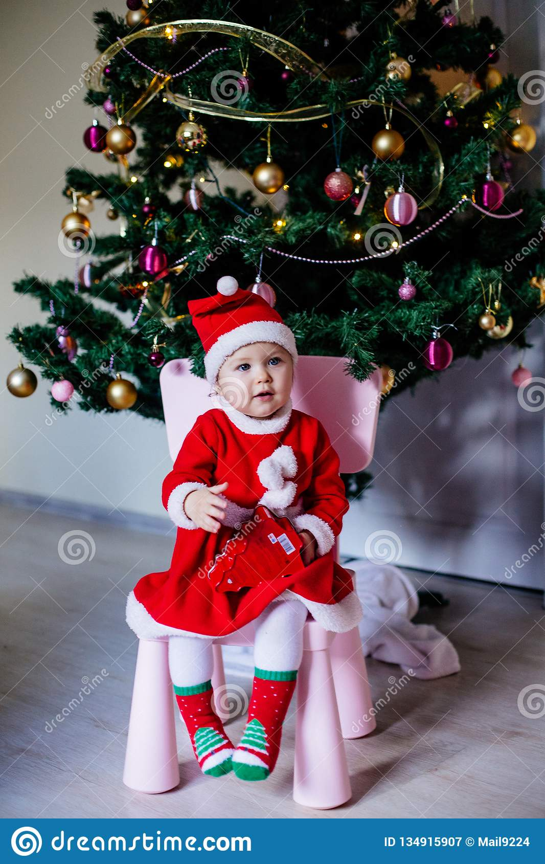 Niña en el traje de Santa