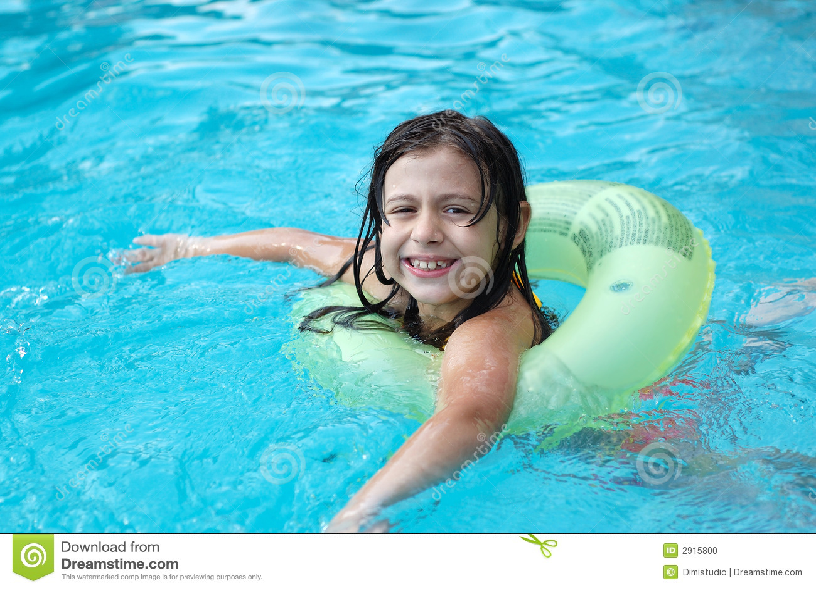ni a en la piscina