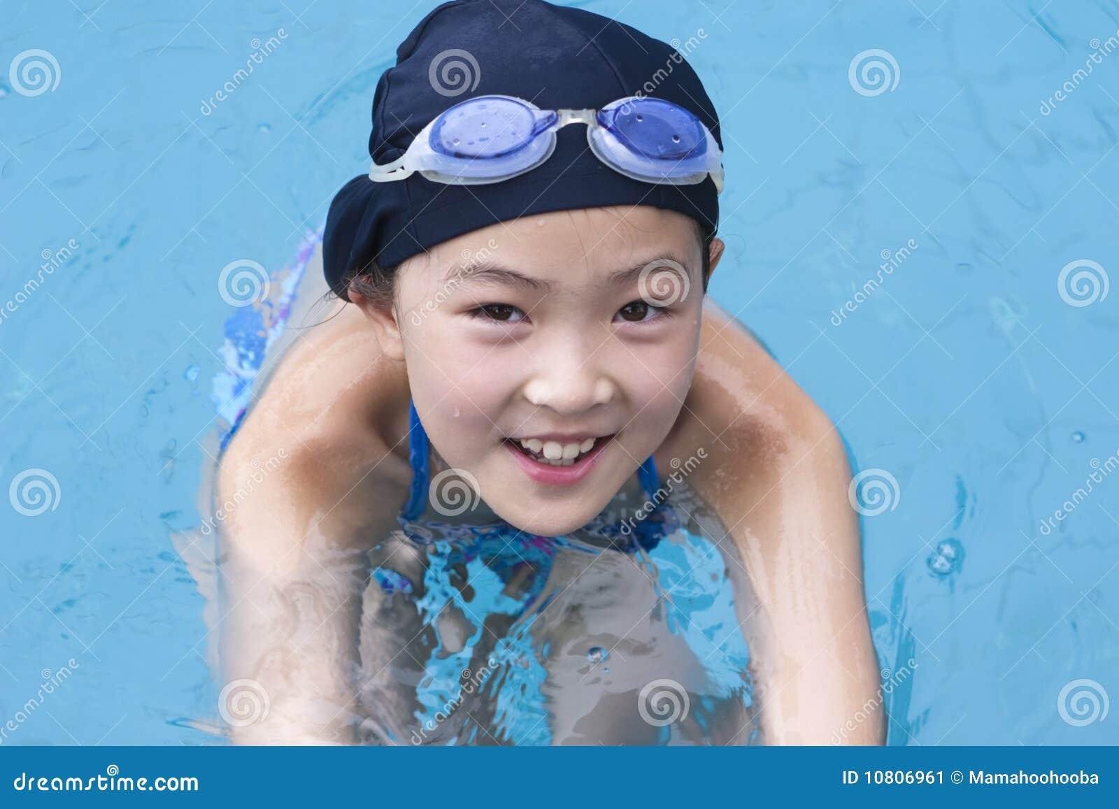 Niña en piscina