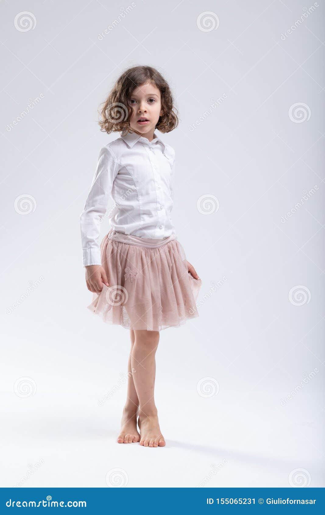 Niña en tutú rosado del ballet o falda membranosa